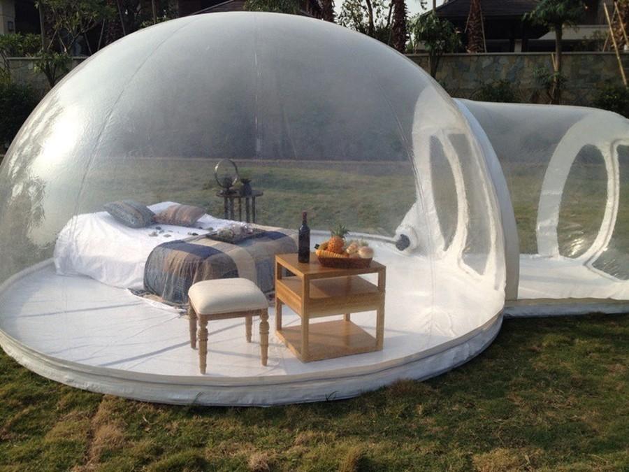 Надувная палатка, которую можно установить в саду.