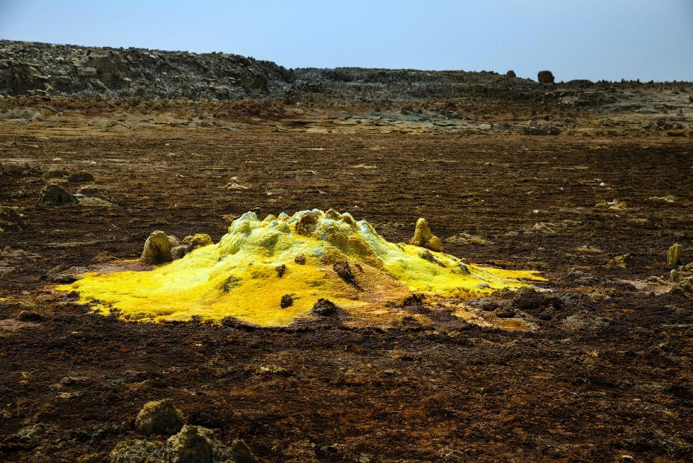 Рядом с кратером вулкана находится одноименное африканское село Даллол. Согласно данным Центрального