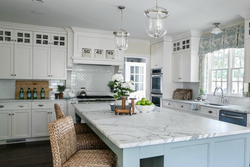 Дизайн кухни в светлых оттенках фото 20