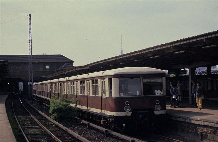 ostberliner-s-bahn-277313-am-851989-836999 (Custom).jpg