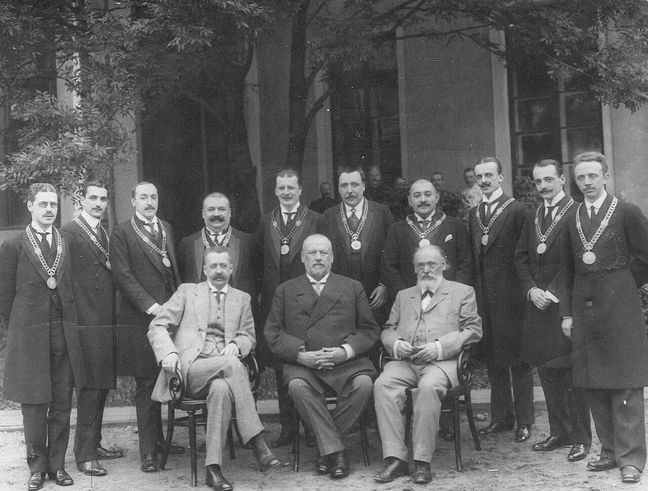 Президиум Третьей Государственной думы (сидит в центре М.В.Родзянко - председатель; слева от него В.М. Волконский - товарищ председателя) с приставской частью думы