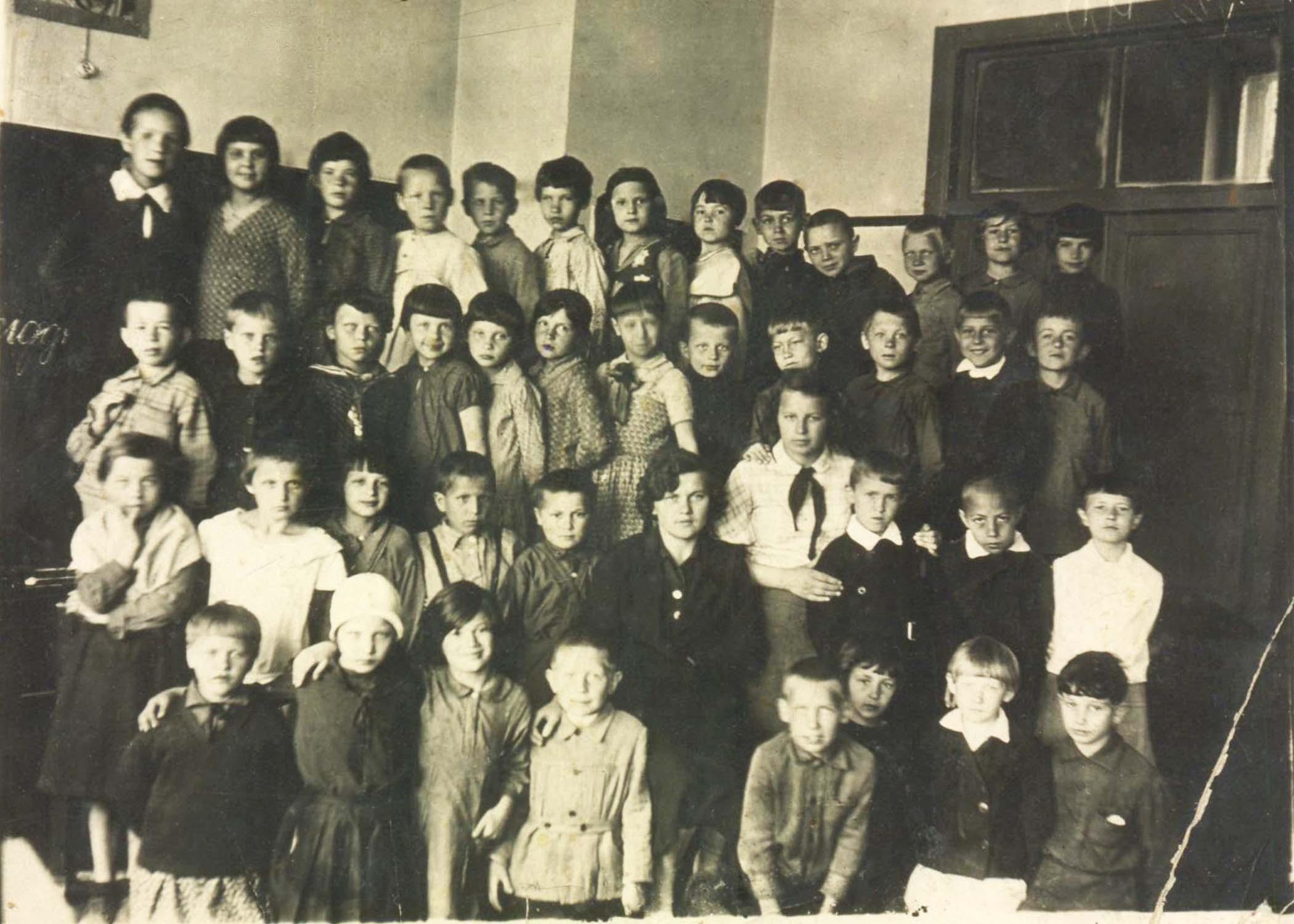 24. В 1934 году Тайга Петерсон  (четвертая слева в верхнем ряду) пошла в первый класс Московской школы № 458