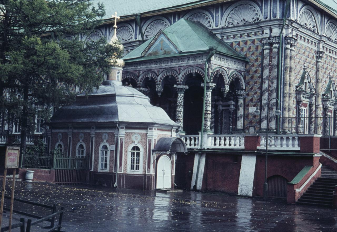 Трапезная c церковью Сергия (на дальнем плане) и церковь св. Михея Радонежского (впереди)