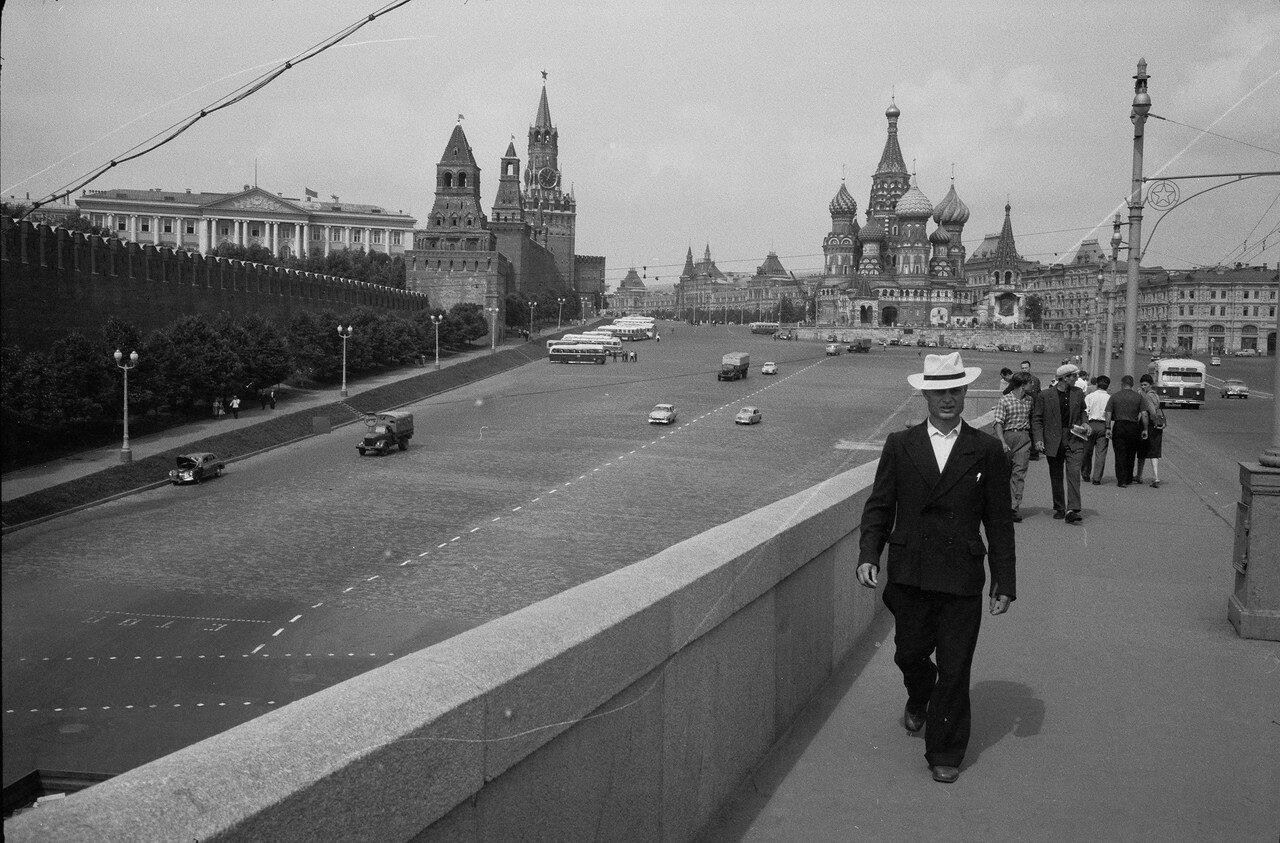 Вид на Васильевскую площадь с Большого Москворецкого моста
