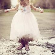 Девочка в грязной луже