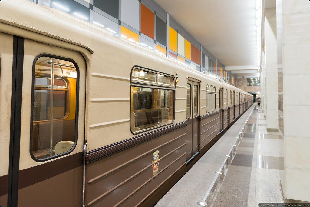 Ретропоезд в своей раскраске чувствует себя на этой станции как дома