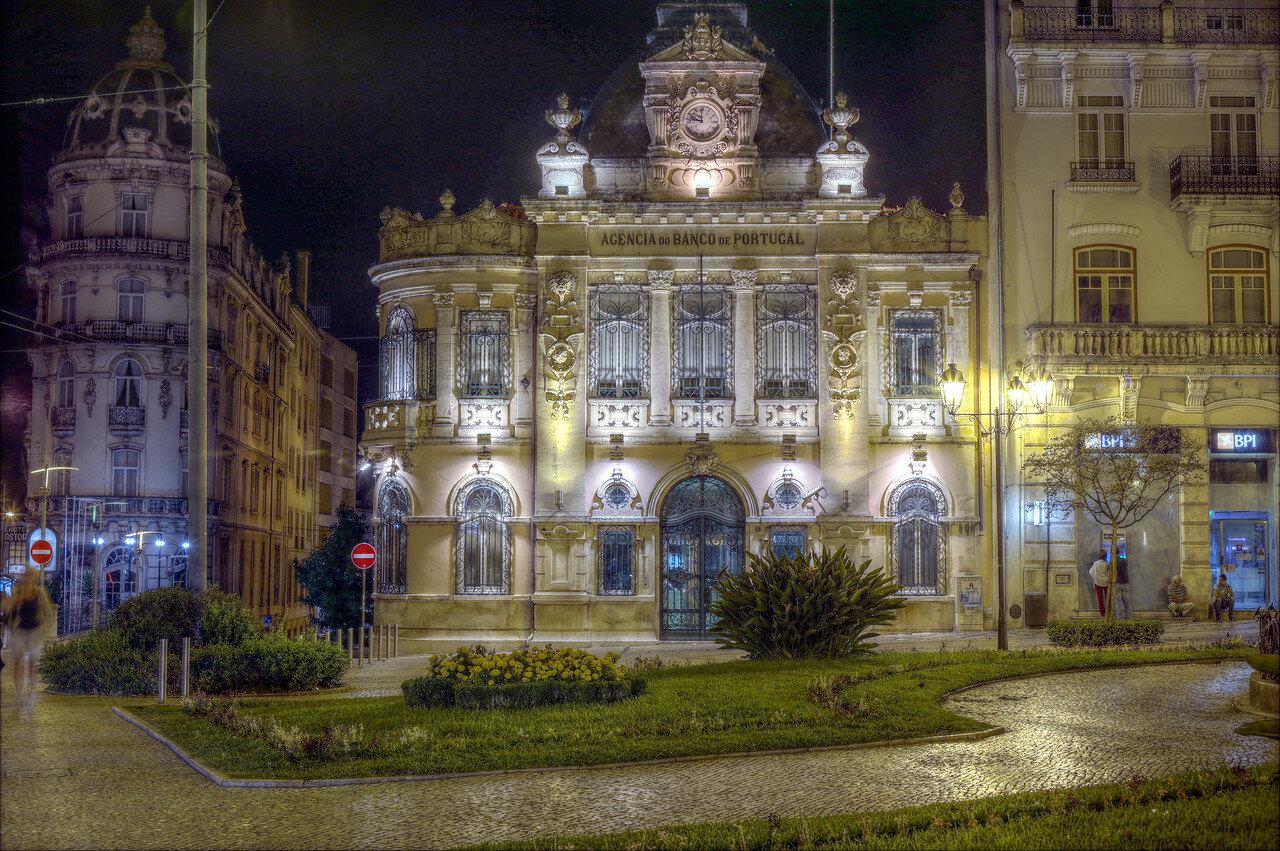 Ночная Коимбра. Здание банка Португалии. HDR