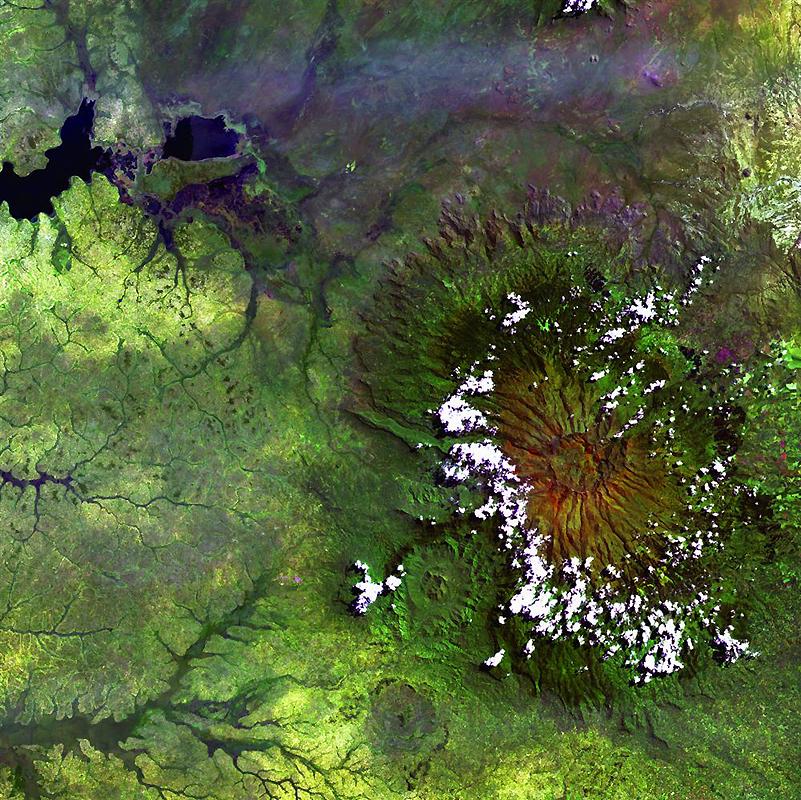 12. Облака окружили высокий край африканской горы Элгон – большого давно вымершего вулкана на границ