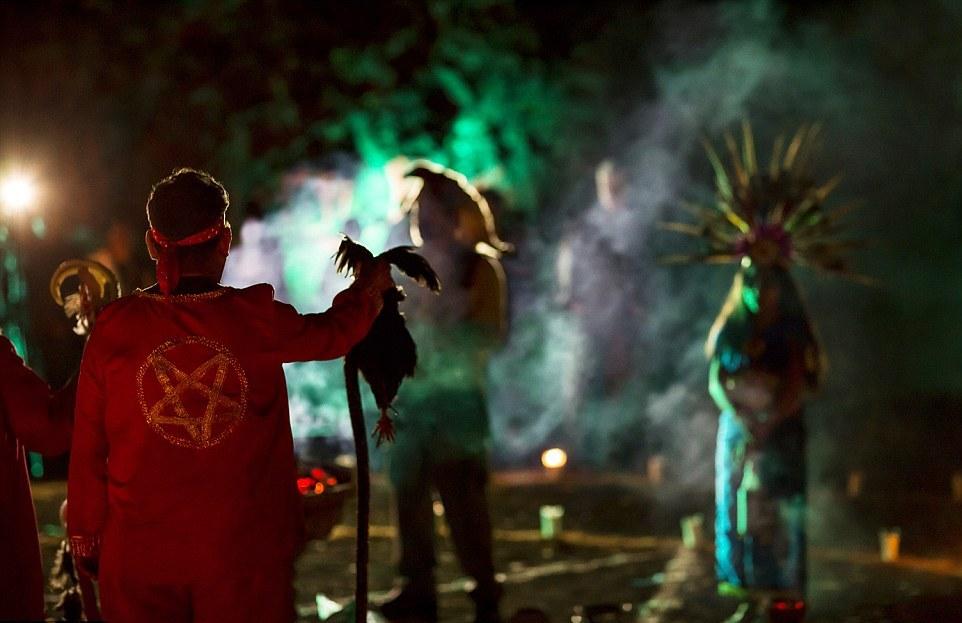 Всего за время ритуала в жертву было принесено восемь животных. После жертвоприношения и песнопе