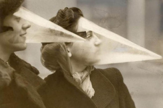 Доизобретения водостойкой туши предлагалось носить такие маски, чтобы спасти макияж отнепогоды.