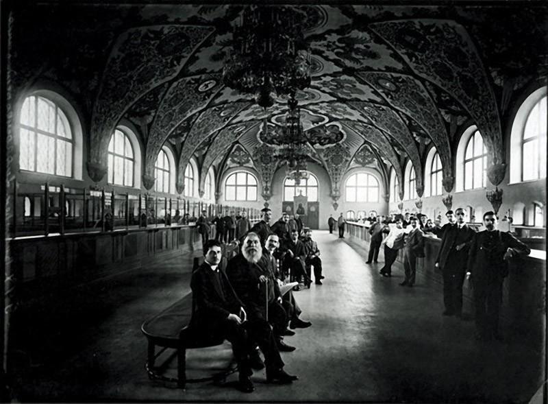 В операционном зале Государственного банка. 1913 г. Негатив 18 ? 24 см.