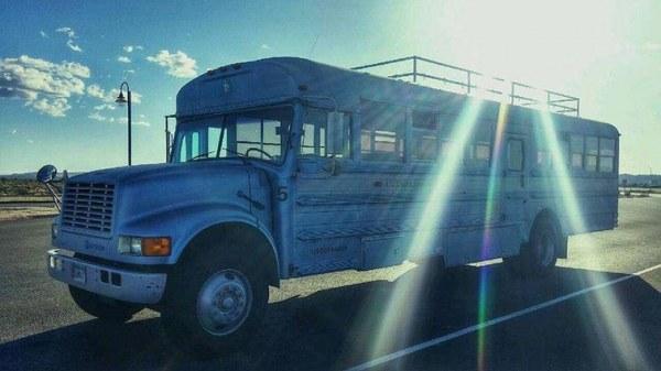 Из школьного автобуса в дом на колёсах или когда руки не для скуки (17 фото)