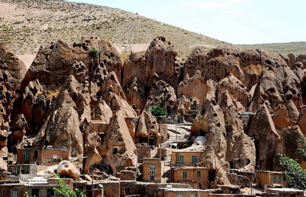 Деревня Кандован издалека похожа нагигантский муравейник. Вдомах, созданных вкаменистых породах,