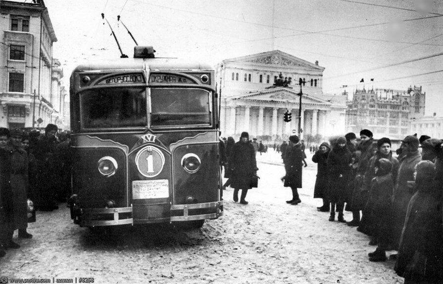самый первый выпущенный в 1933 году троллейбус. XVI – 16-я годовщина Октября