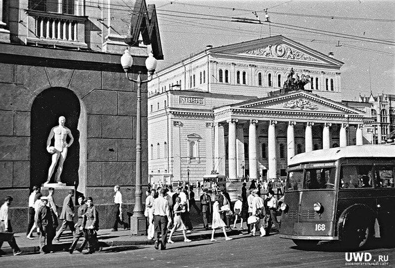 Конец 1930-х. Троллейбус ЯТБ-1 на Театральной площади.