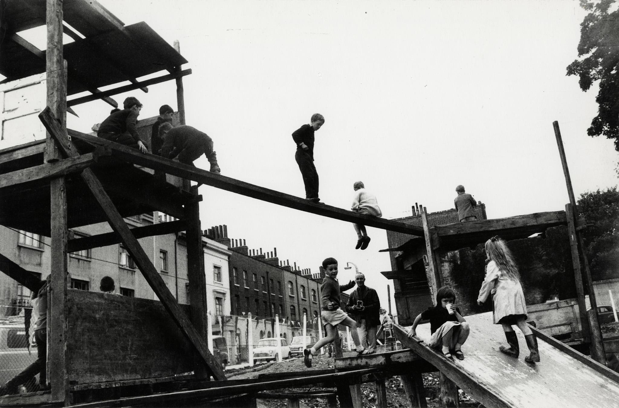 1957.  Детская площадка, Ислингтон, Лондон