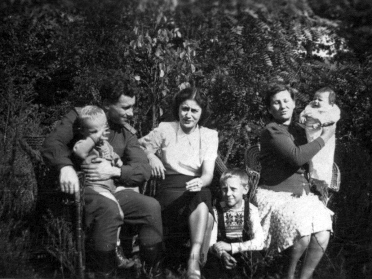 1947. Володя Высоцкий со своими родственниками и семьёй сослуживца отца, подполковника Александра Свищёва в Эберсвальде, Фото С.Я.Свищёва, июнь