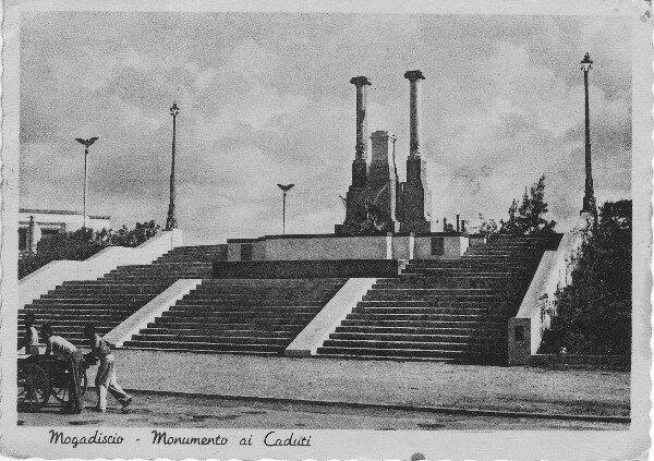 Mogadiscio – Monumento di Caduti e Palazzo INAIL. 1938.jpg