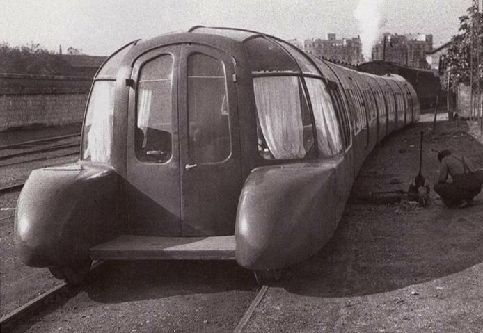 15 noviembre 1942, vista de la parte delantera y trasera del tren articulado construido por tecnicos espanoles. Foto Hermes Pato2.jpg