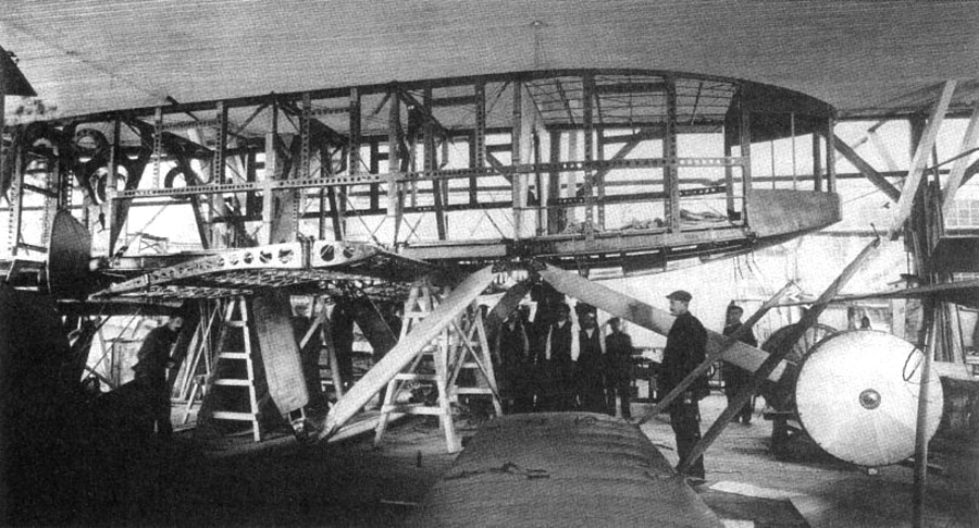 Постройка Святогора на петроградском авиазаводе Лебедева.jpg