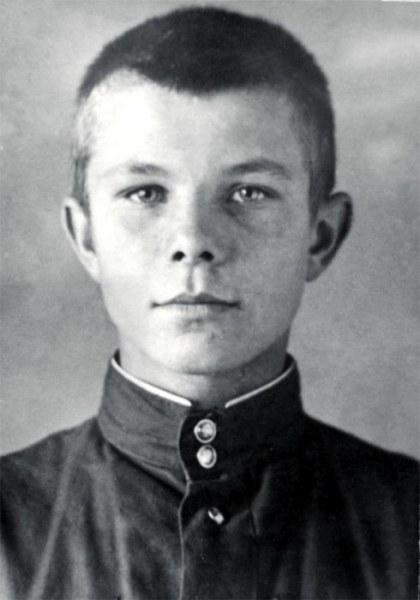 В седьмой класс Гагарин пошел уже на вечернее обучение в школу для рабочей молодежи города Люберцы.