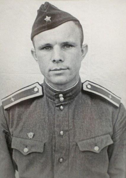 Именно в армии и пригодились все умения и способности Гагарина.