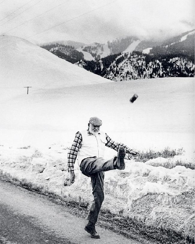 Эрнест Хемингуэй ногой запускает банку внебо, 1959г.