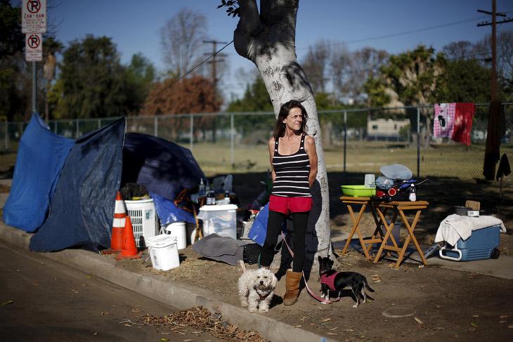 Слева — несанкционированный палаточный лагерь бездомных, Сиэтл, штат Вашингтон.