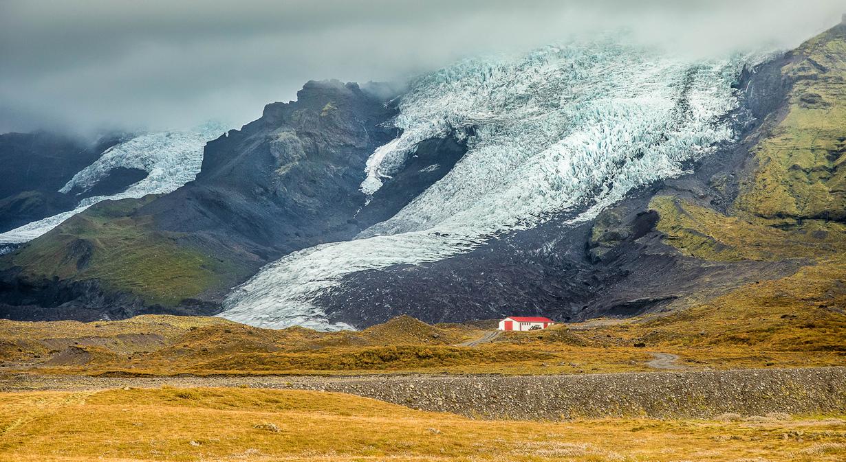 Исландия — страна с уникальным ландшафтом. Это вулканическое плато с вершинами до 2 км, горячими