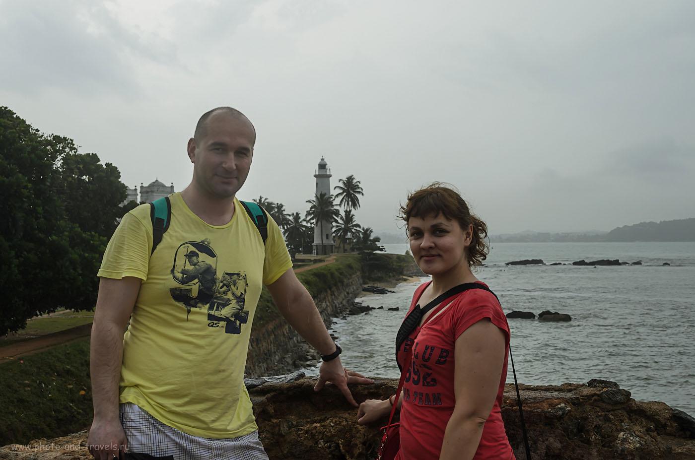 Фото 13. Самостоятельные путешественники на фоне маяка в форте Галле на Шри-Ланке. Отчет о поездке из Хиккадувы в Тиссамахараму на автомобиле.