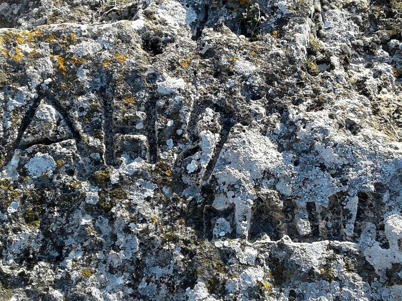 каменные глыбы