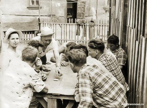 Дворик на ул Московская (справа пончики,слева школа№1)в шляпе(над столом) д.Дима Данилов фото Михаил Конышев #Солнцево