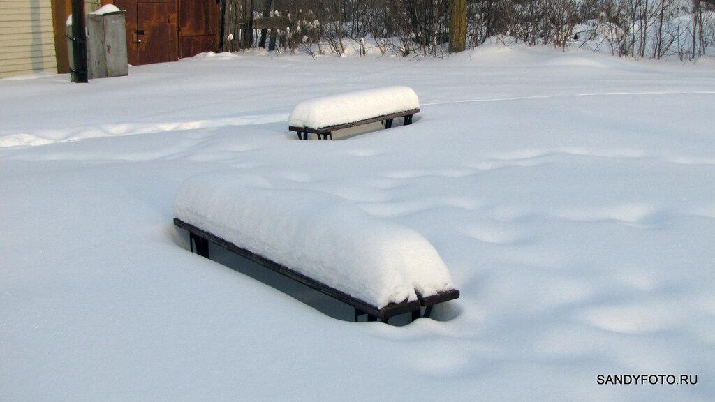 Скамейка как индикатор уровня выпавшего снега