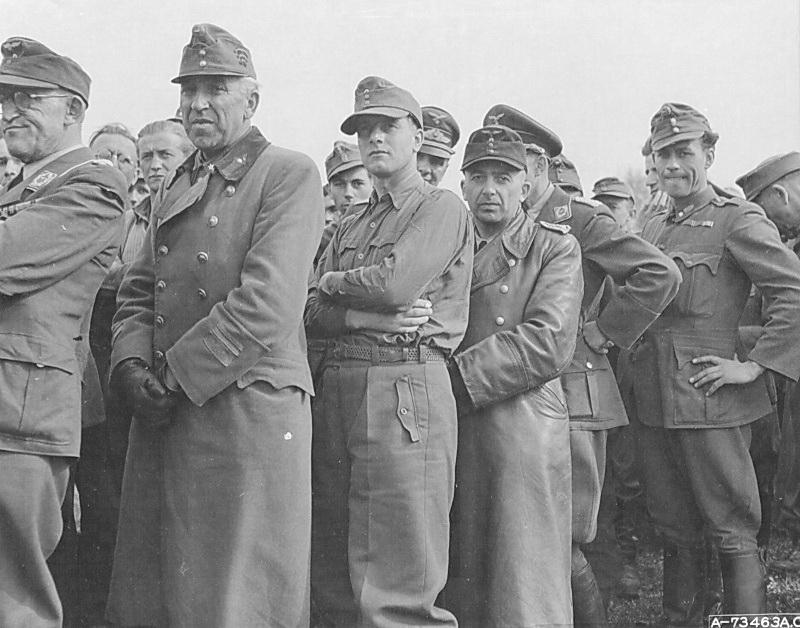 Немецкие и венгерские пленные в строю.