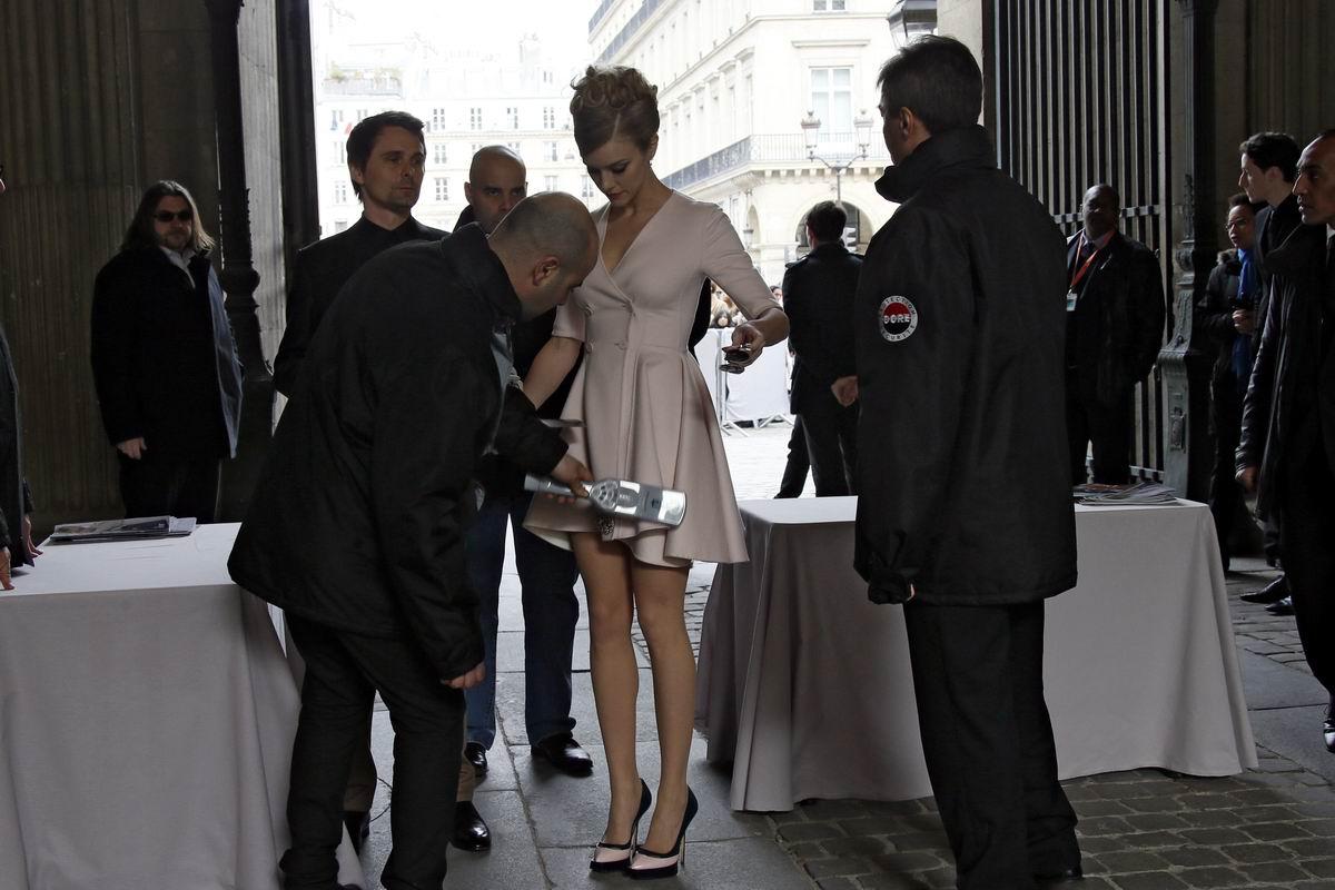 Ищем замаскированных террористок: Проверка на входе парижской выставки моды от Диор
