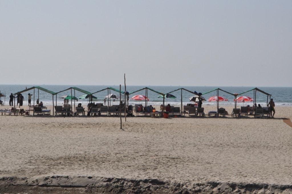 Лежаки на пляже Мандрем