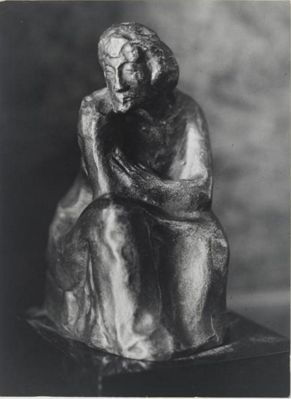 1943. Сидящая женщина.