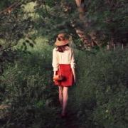 Девушка идет по тропинке