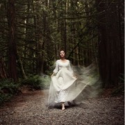 Девушка в белом в лесу