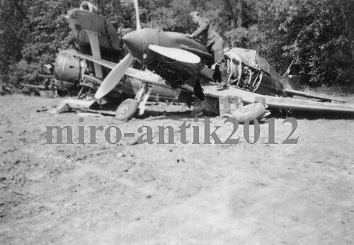 Истребители МиГ-3 и И-153 оставленные на аэродроме Кеданяй.