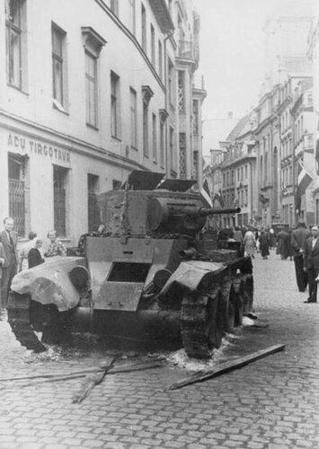 Подбитый танк БТ-7 обр.1935 г. из 5-го мсп на ул. Марсталю. Рига, лето 1941 года.