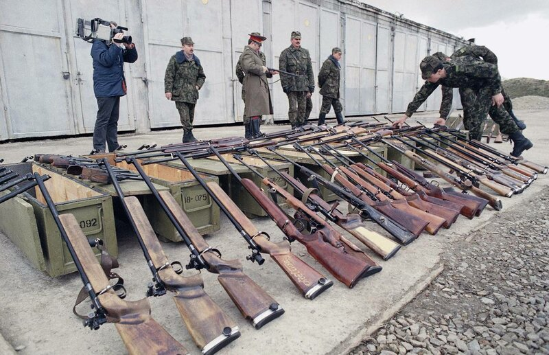 1990 26 марта Два советских десантников осматривать оружие конфисковано у местной организации милиции в Каунасе Горбачев приказал всем литовцам сдать оружие.jpg