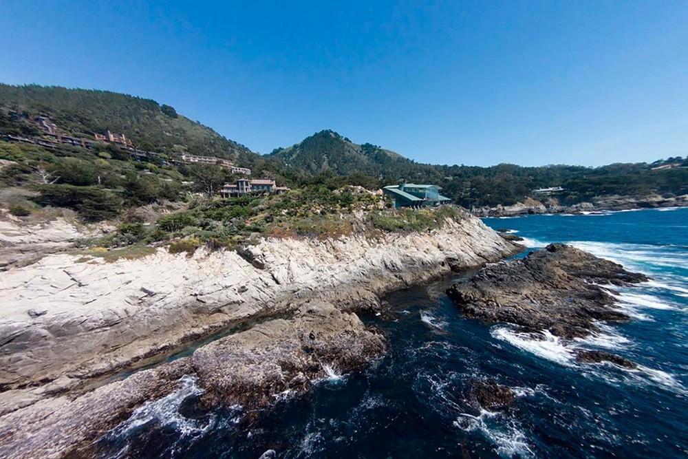 Современный особняк на прибрежной скале
