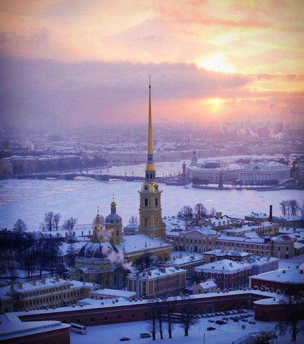 Собор Петра и Павла на территории Петропавловской крепости (фото с помощью беспилотника)