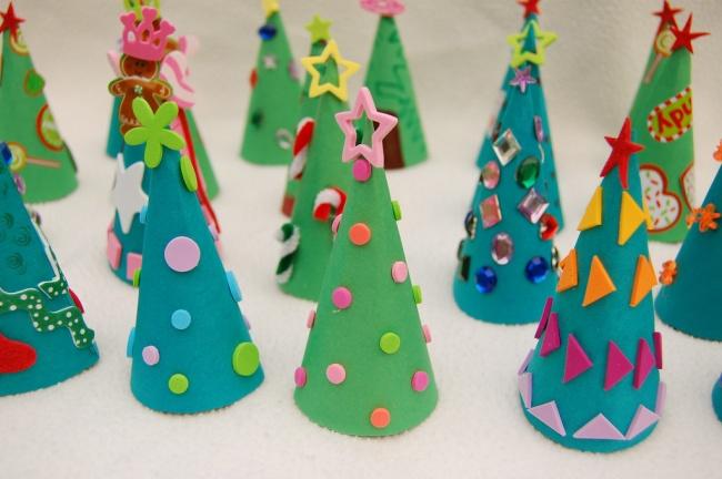 Вот такие замечательные елочки можно сделать, смастерив конус иззеленой бумаги или картона иукраси