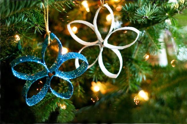 Картонные втулки отрулонов бумажных полотенец можно превратить вяркое новогоднее украшение. Нарежь