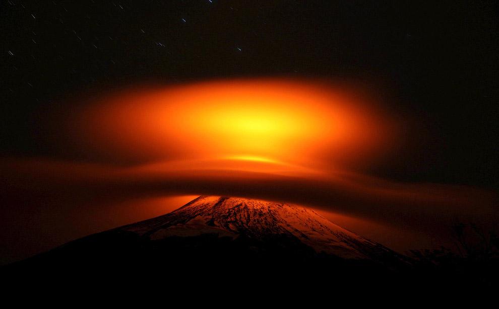 3 марта 2015 г. началось новое извержение. Из жерла вулкана выбрасывалась лава и пепел на высот