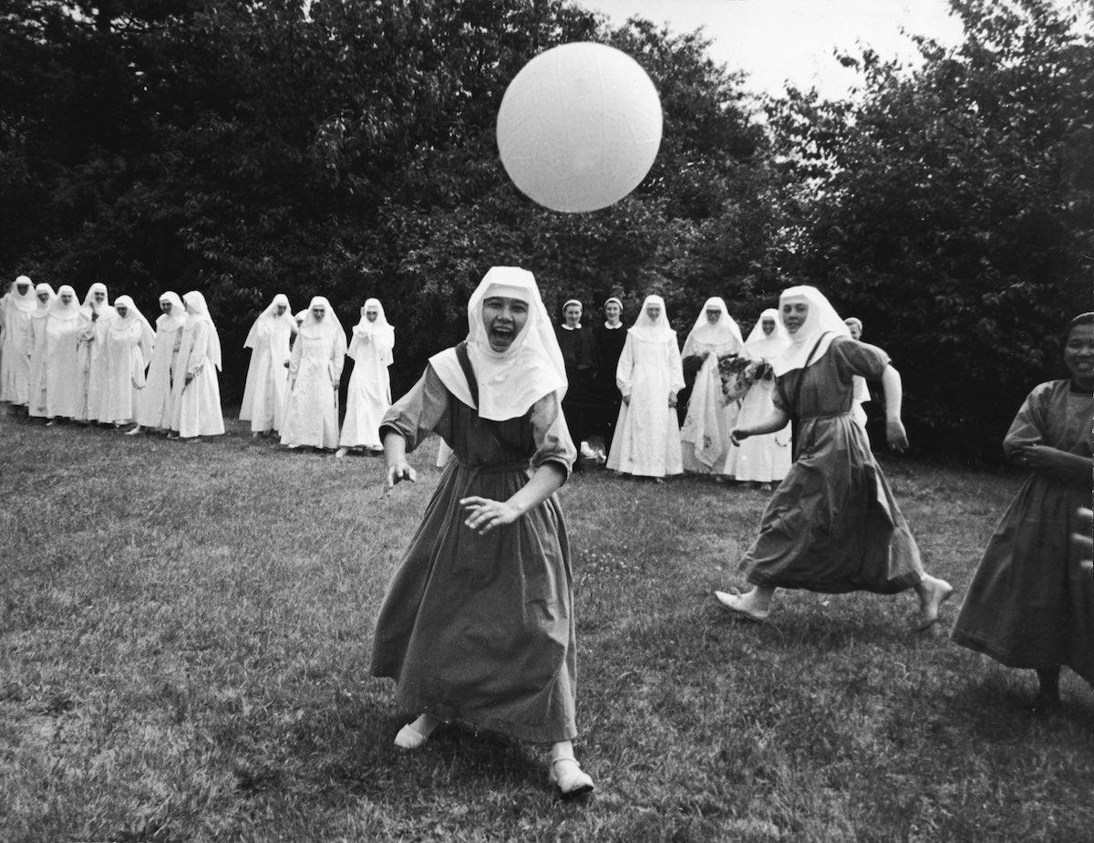 1965 год. Сестры играют в баскетбол на территории монастыря Ladywell. Годалминг, Англия.