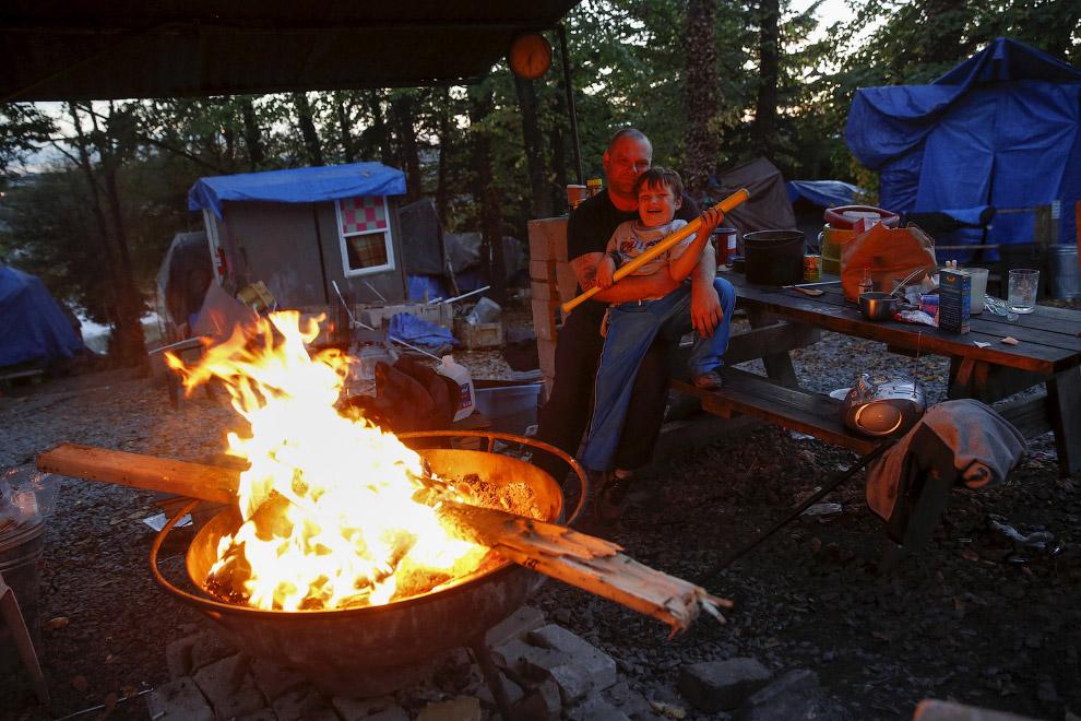 4. Закурим? Беременная в палаточном городке в Вашингтоне, округ Колумбия, 16 ноября 2015. «Здес