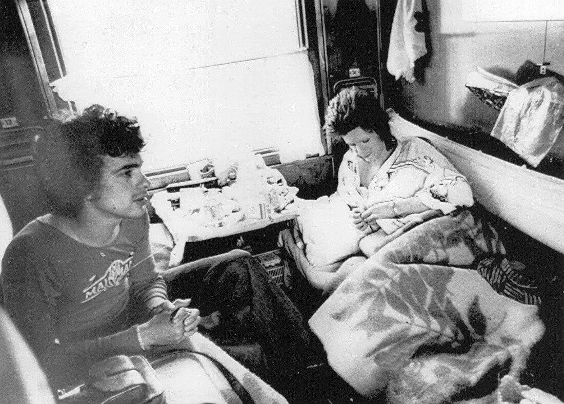 1973. Дэвид Боуи и Джеф МакКормак в своем купе во время путешествия по Транссибу